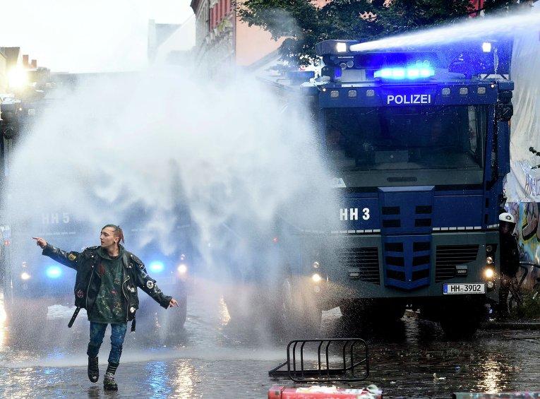 """Гамбург - водометы во время акции протеста """"левых"""" против шествия нацистов"""