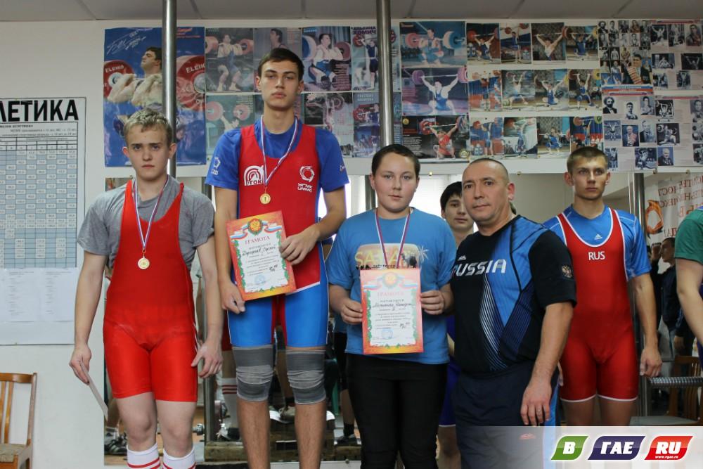 Тяжелоатлеты на соревнованиях в Гае