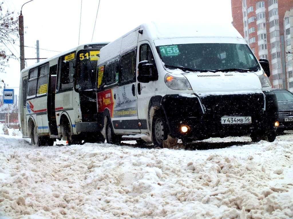 Снегопад в Оренбурге создал заторы на дорогах