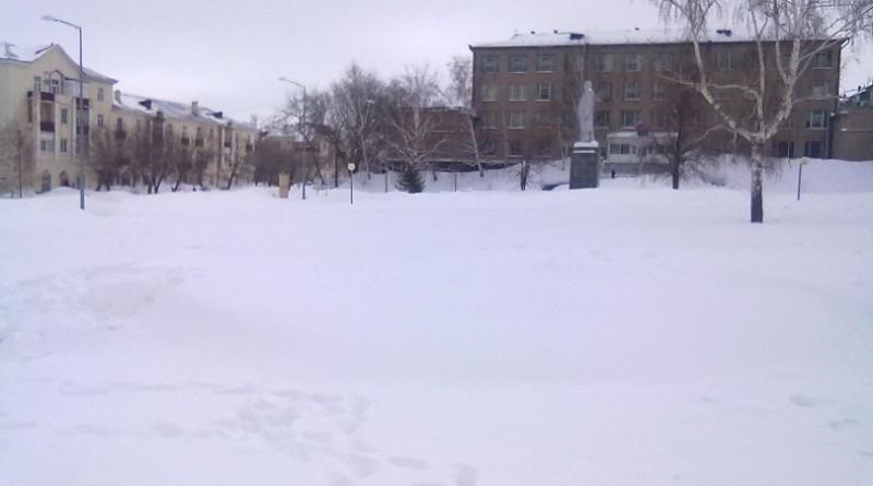 В Медногорске центральная площадь утопает в снегу