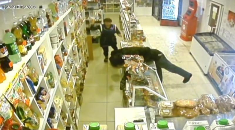 Выложено видео вооруженного ограбления магазина