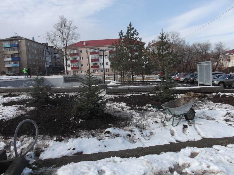 Вот и ёлки 29 октября «выросли» у недостроя перед кинотеатром «Урал» за одну ночь, накануне приезда губернатора Юрия Берга.