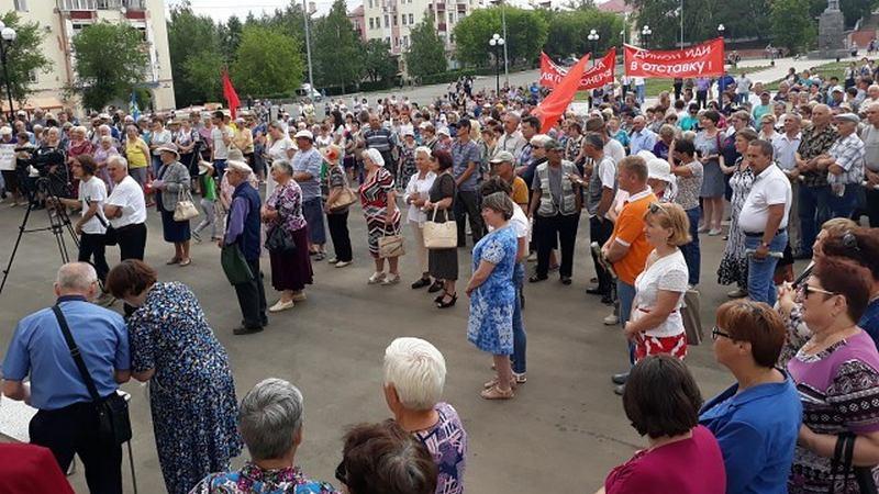 Как бы ни уменьшали цифры городские власти, но на митинг пришло не менее тысячи человек, что видно и невооруженным глазом.