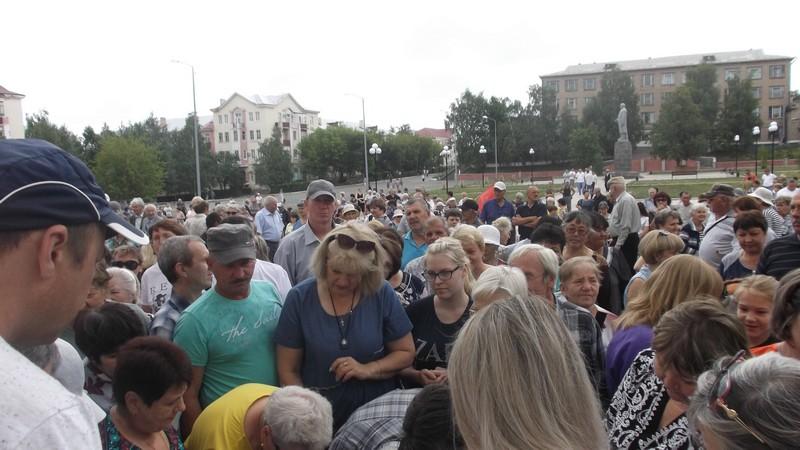 Люди готовы были стоять по полчаса, чтобы поставить свою подпись под петицией против антинародных законов новой старой власти.