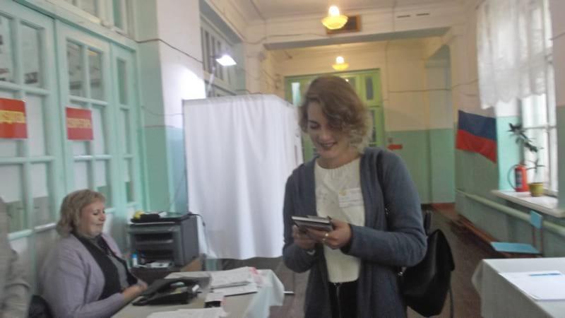 Студентка Анна Тимофеева голосует
